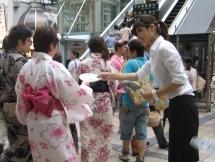 調布市,仙川駅のチラシ・ティッシュ配布の短期アルバイト【高校生歓迎】の写真
